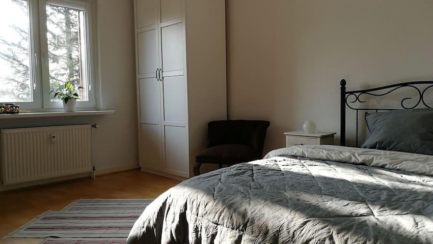 Schönes Zimmer in Wohnung mit Dachterrasse