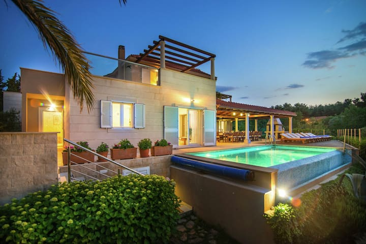 Beautiful villa on the island of Brac with infinity pool, beach at 30 meters