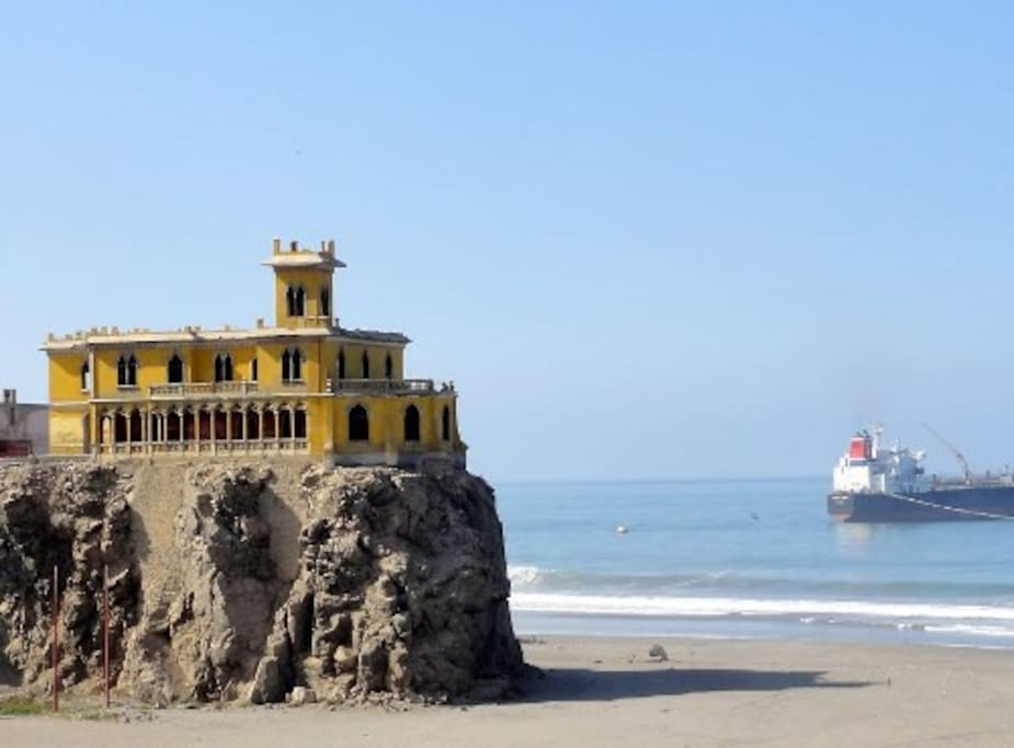 Castillo Forga sobre la primera playa.