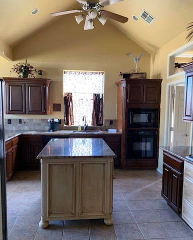 DOUBLE SANITIZED 3KING BEDS Near Airport/FAA/OKC