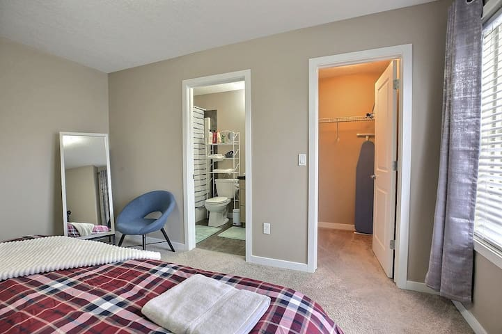 【Master Bedroom】 With ensuite full bathroom and closet.