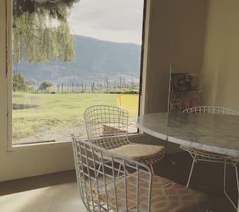 Okanagan vineyard, modern A-Frame, Skaha Lake view - Kaleden - Ev