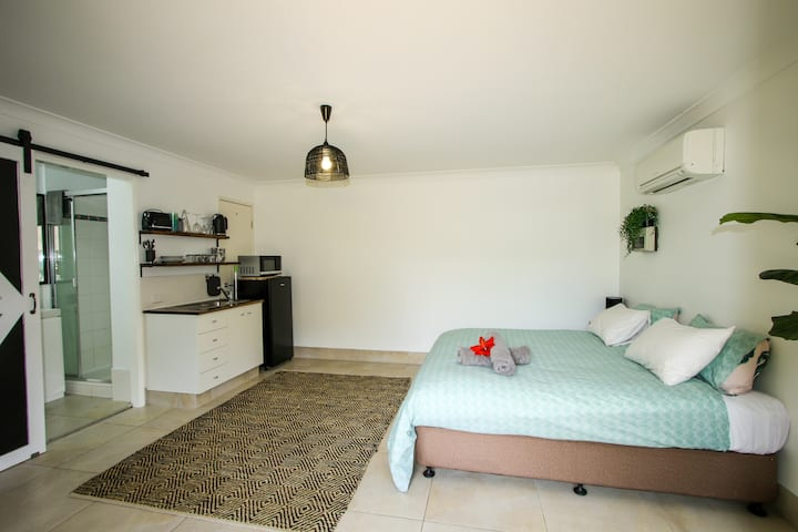 Studio 9 + 100m to the beach + pool