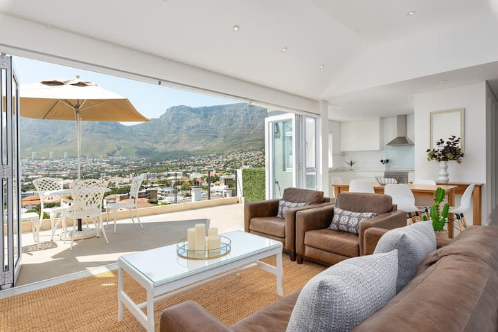 Picturesque 2 Bed House with Table Mountain Views