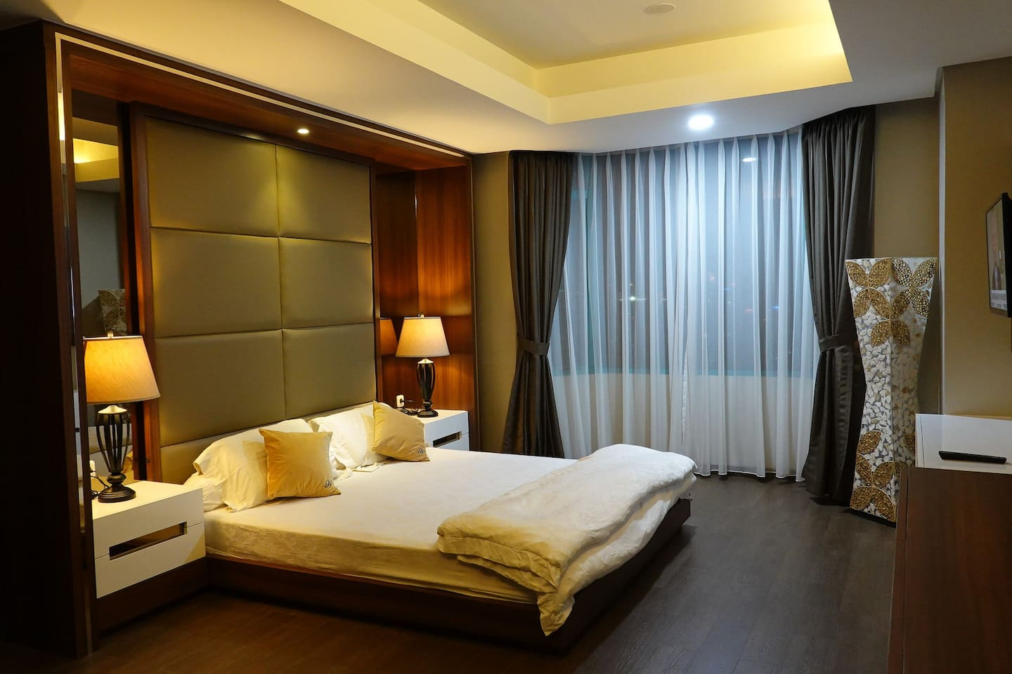 Master Bedroom comfort, beautifully design with low and bright lighting