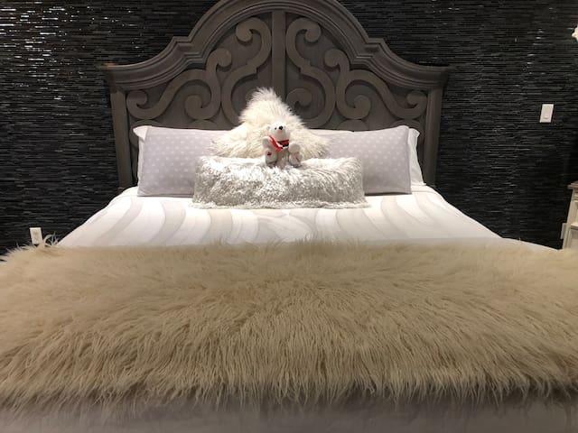 Queen Bees Honeymoon Suite
