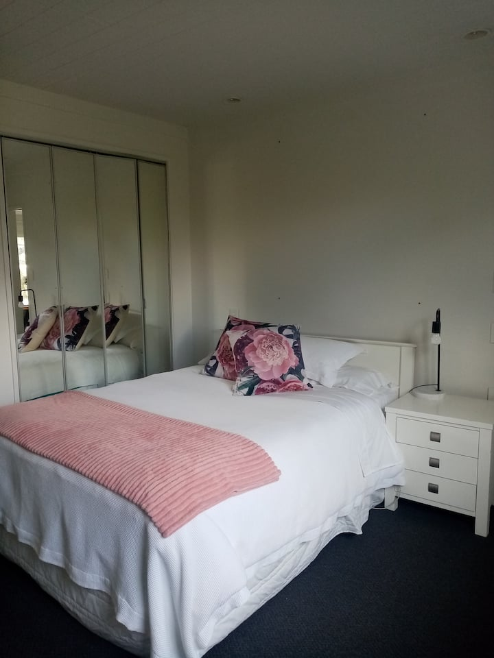 Cosy, peaceful, beach cottage in Stanmore Bay