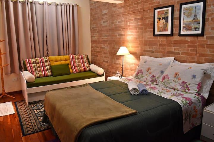 Suite  com cama de casal  e uma bicama ,  banheiro  privativo