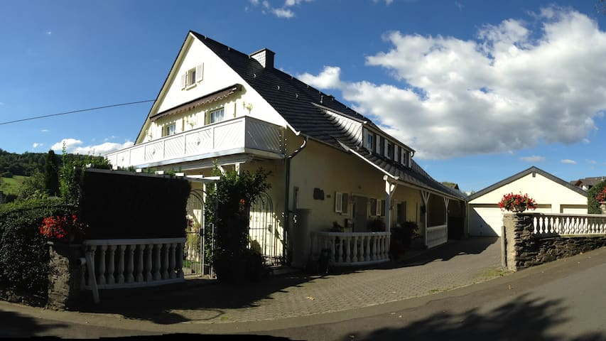 """Große Ferienwohnung """"Zur Paulskirche"""" - Lieser - Apartment"""