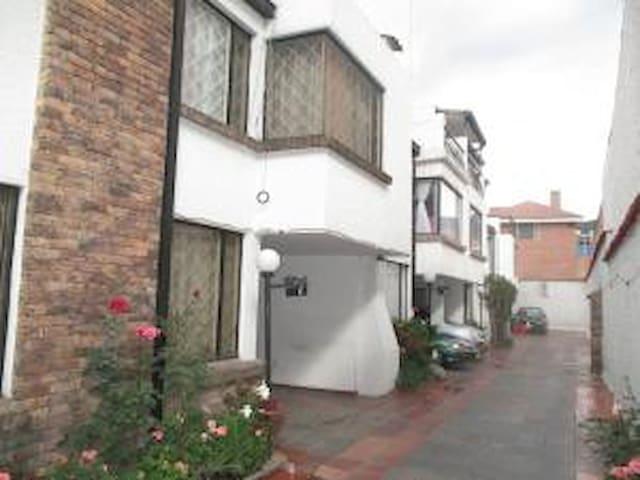 Big  House, 5 bed rooms  study 4 bathrooms, garage - Bogotá - Rumah