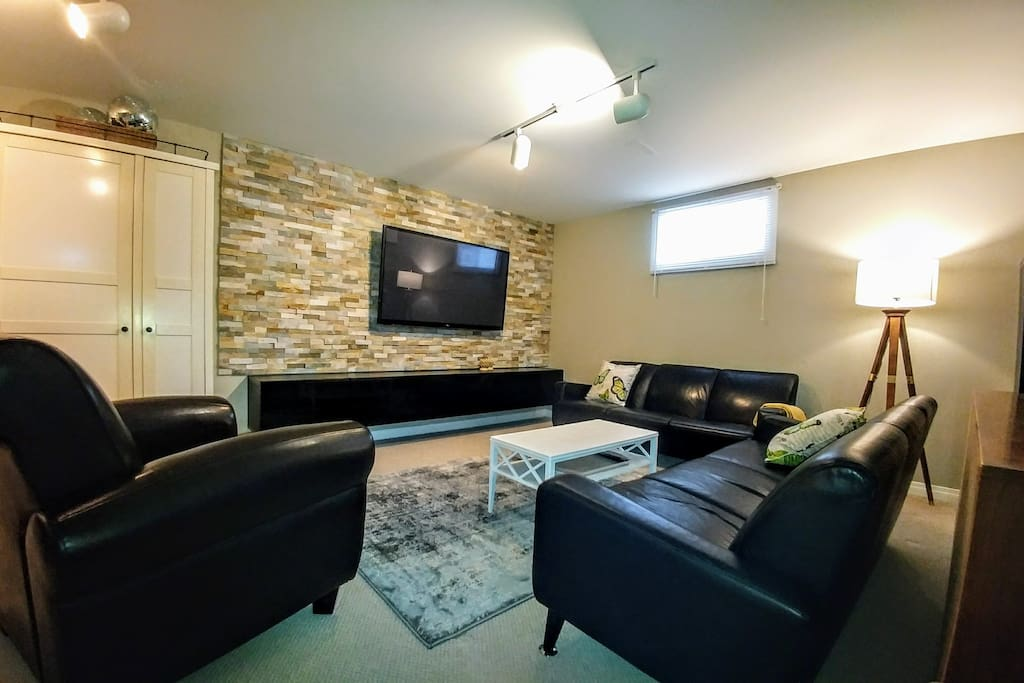 Wifi, comfortable seating, extra blankets & board games, Lounge area with flat screen tv, Google chrome cast so you can cast Netflix, Youtube or other compatible programs