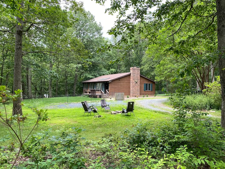 Tall Oaks Cabin, Walk to Wineries and Breweries!