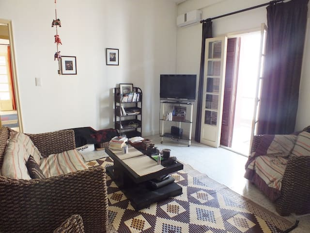 Breezy, comfortable flat, easy access to Old City