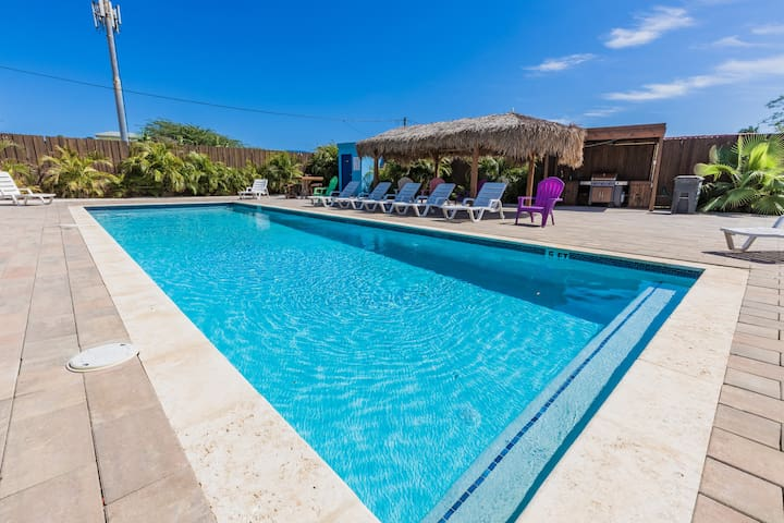 Cute King Bed Studio - Minutes from Beach w/ Pool
