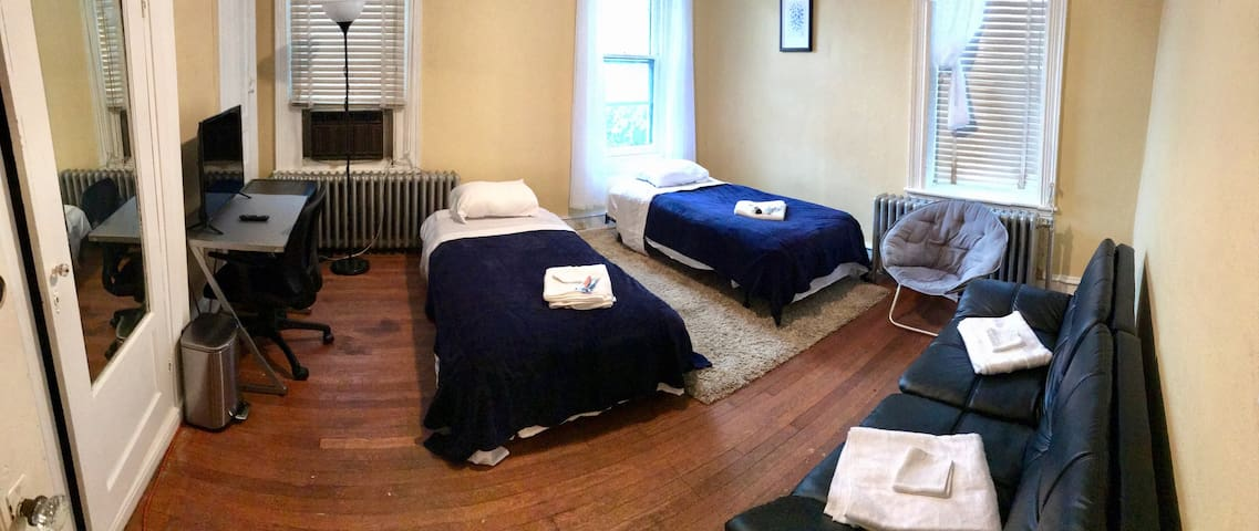 Private Room In The Heart of Philly, sleeps 4 2D