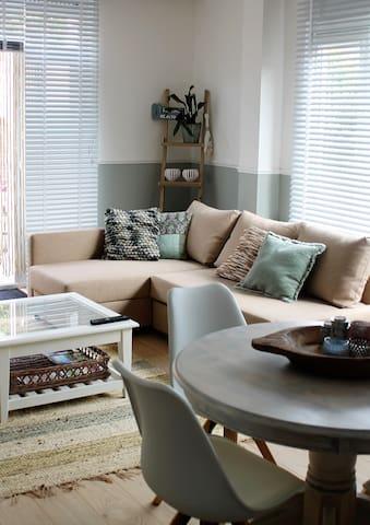 Strandstijl woonkamer - Beach style living room