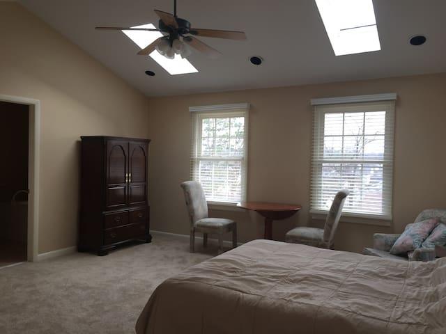 Spacious, comfortable master suite - St. Louis - Huis