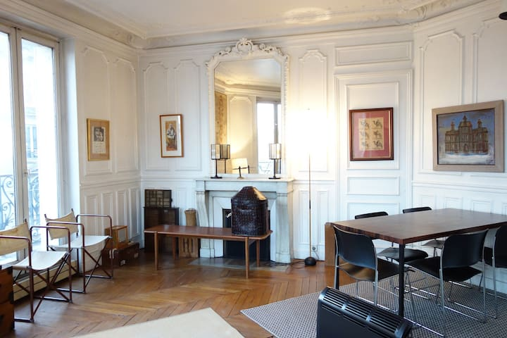Classic antique parisian apartment, le marais