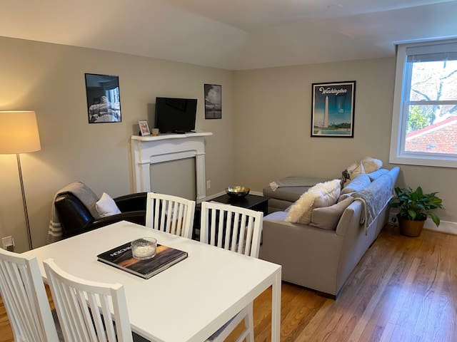 Renovated 2 Bdrm Carriage House with Parking!