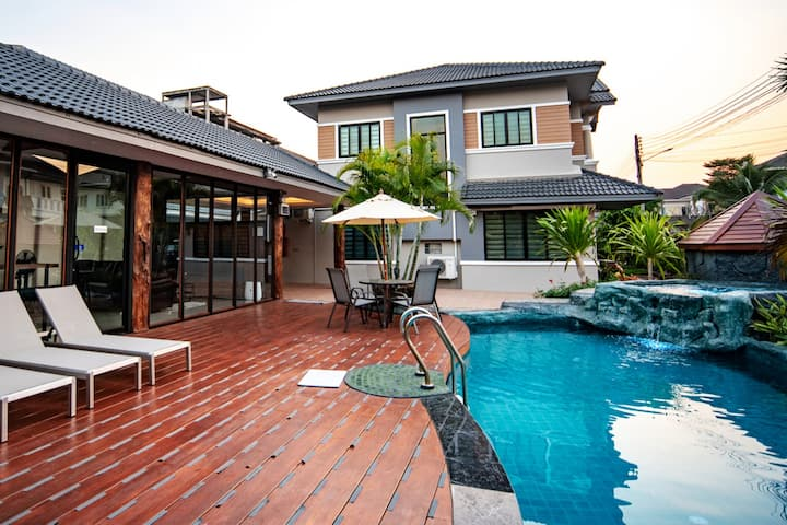 泳池别墅 Pool villa for family by CM Beyond property.