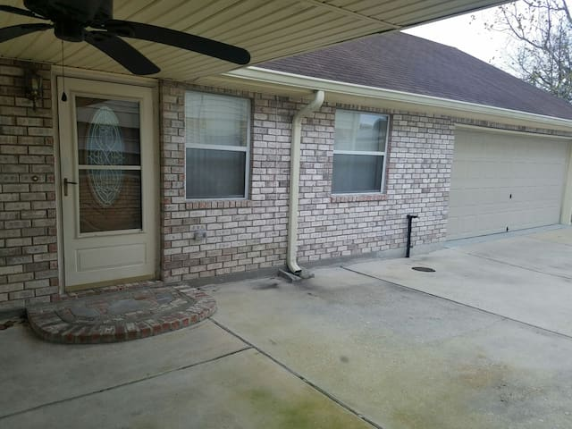 Laplace rental 20 minutes from New Orleans