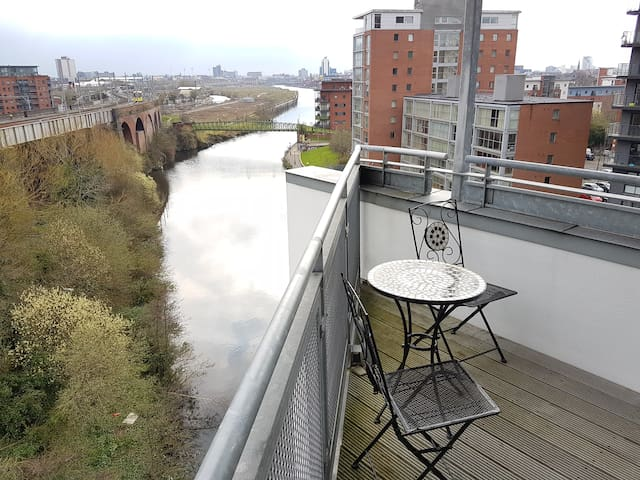 Modern, spacious and river views! - Manchester