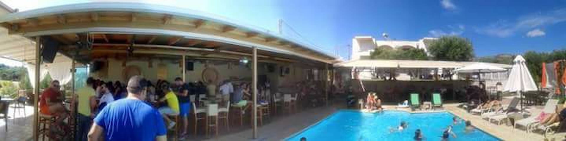Hotel kyprianou- house.& pool bar. - Ηγουμενίτσα - หอพัก