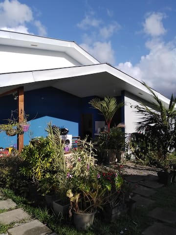 Belle maison sécurisée avec terrasses et jardin