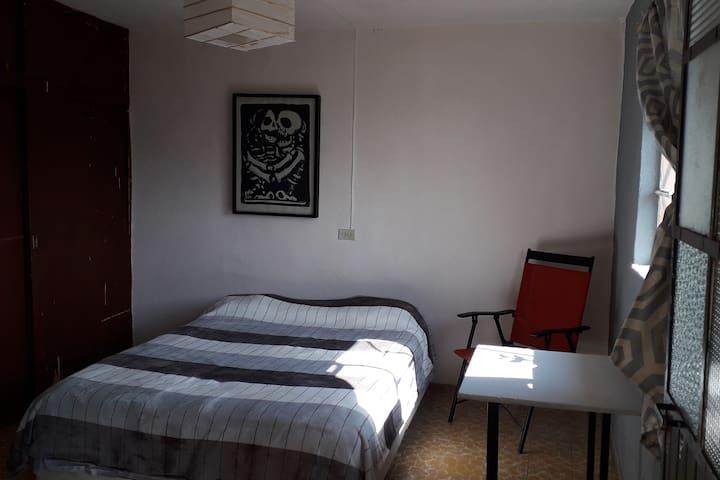 Es una habitación con mucha luz natural y ventilación