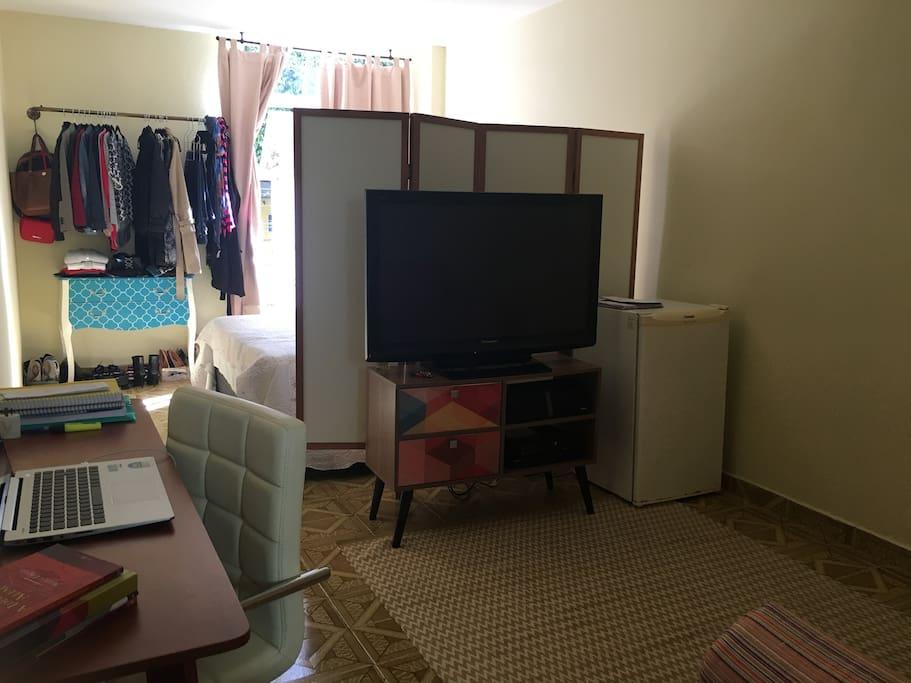 Vista geral do apartamento, divisão entre ambientes feita por biombo