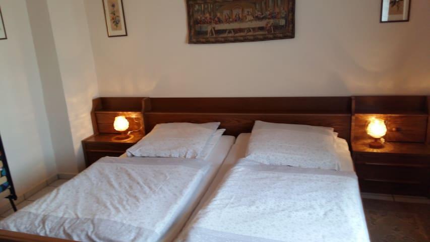 Schlafzimmer mit großem Doppelbett (2m x 2m)