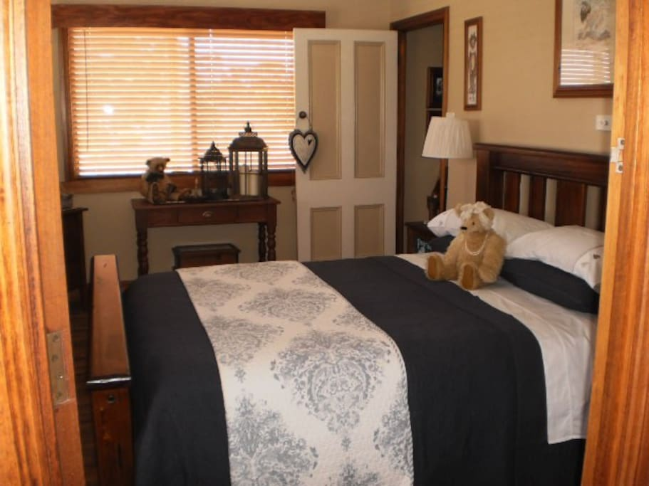 Guest bedroom 1 has a queen bed, ceiling fan, air conditioner, tv/dvd player and direct access to a private bathroom.