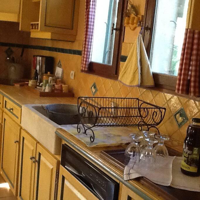 Une partie de la cuisine tres provençale ,et tres équipée.