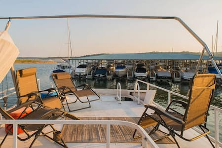 New listing! Fantastic Houseboat at Lake Travis - Austin - Bed & Breakfast