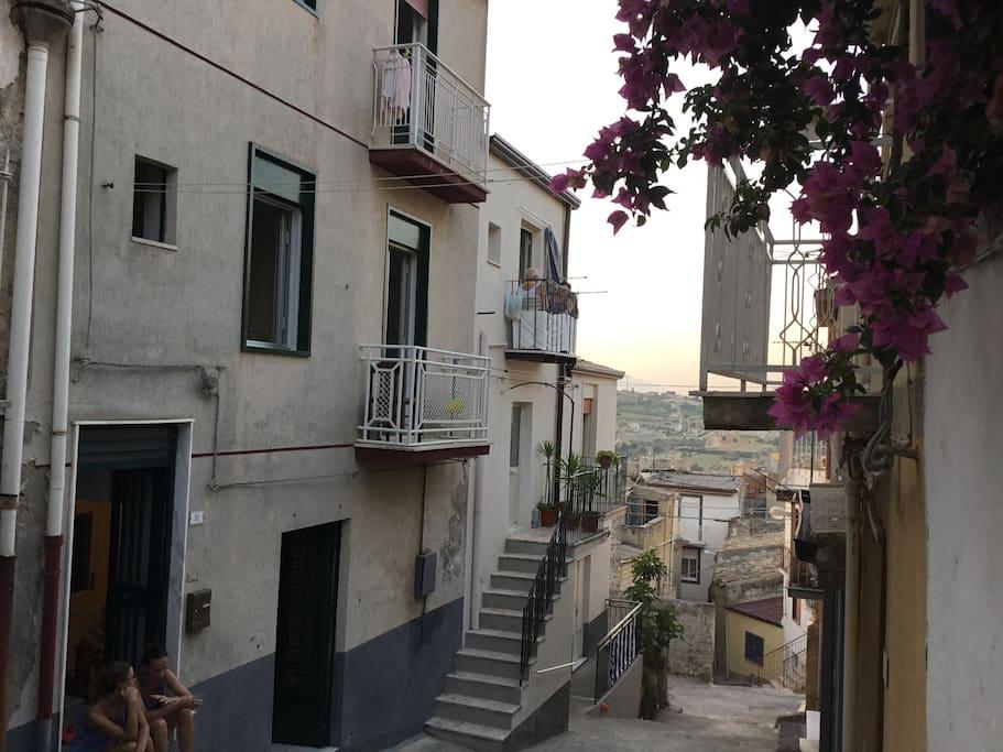 Vista della casa e del vicolo
