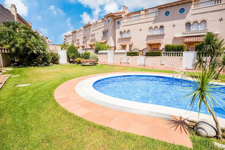 Lovely Holiday Home in Fràncas with Jacuzzi