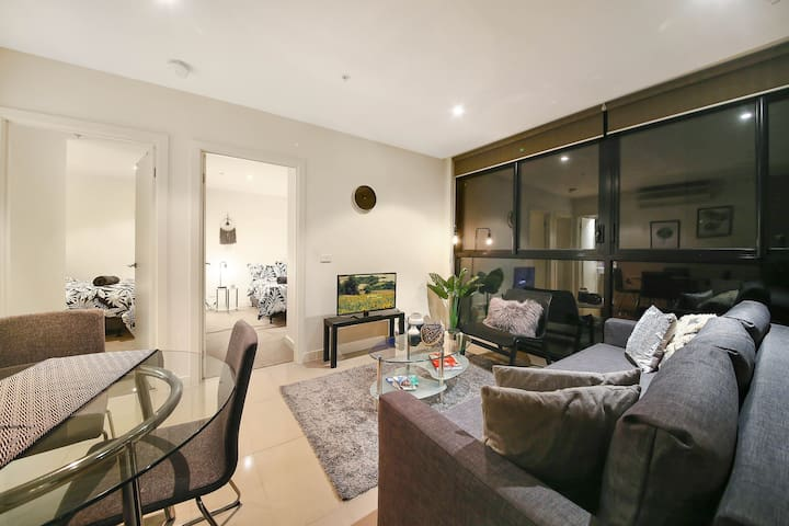 A Cozy 2BR CBD Apartment Near Bourke St Mall
