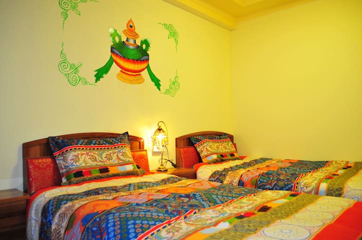 藏式独栋别墅,位于八廓街大昭寺边缘,闹中取静,藏式双床标间带窗带独卫 - 拉萨