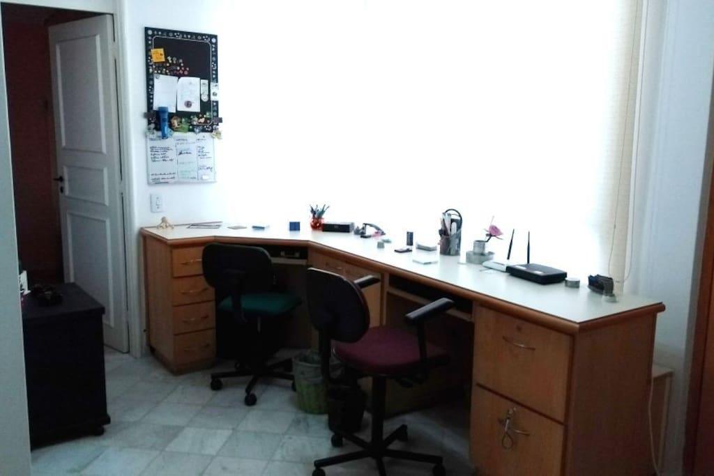 Office / Escritório Hora de trabalhar e estudar? Este é o lugar ideal da casa para essas tarefas.