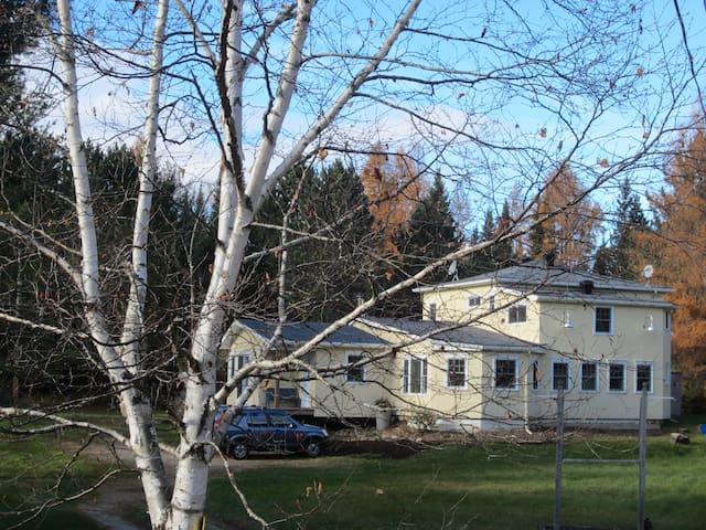 Belle grande maison au bord de la rivière - Lac-des-Plages - Haus
