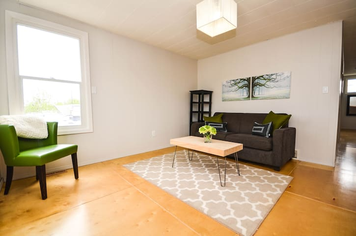 Downton Sylvan Lake Loft Apartment - Sylvan Lake - Huoneisto