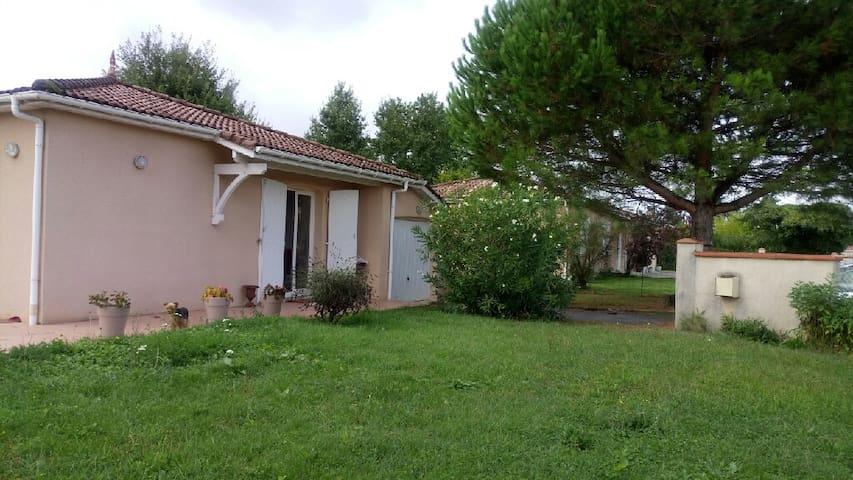 Maison individuelle avec grand jardin.