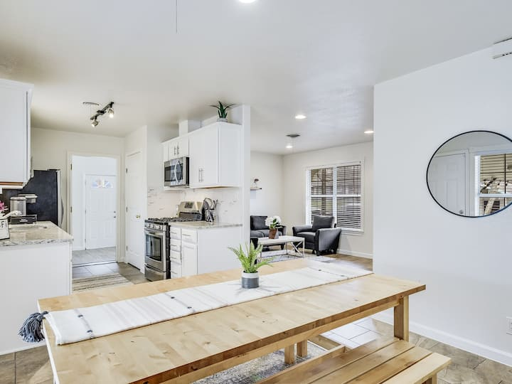 Contemporary + ❤  Austin |4 BD|Mins to DT