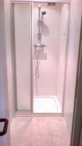 Chambre une personne avec coin salle de bain - Binche - Hus