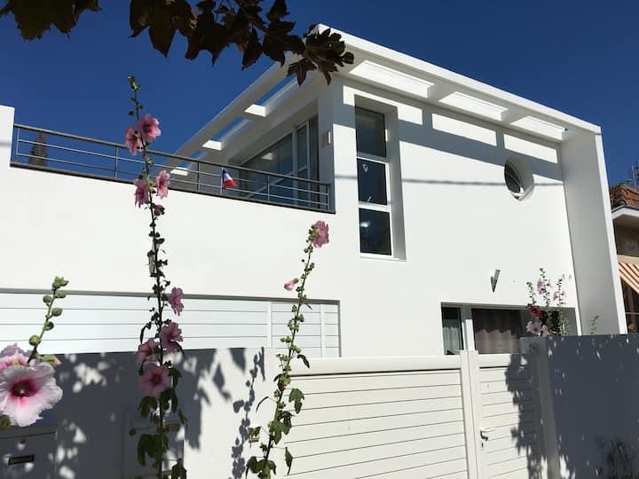 Maison moderne d'architecte vue mer
