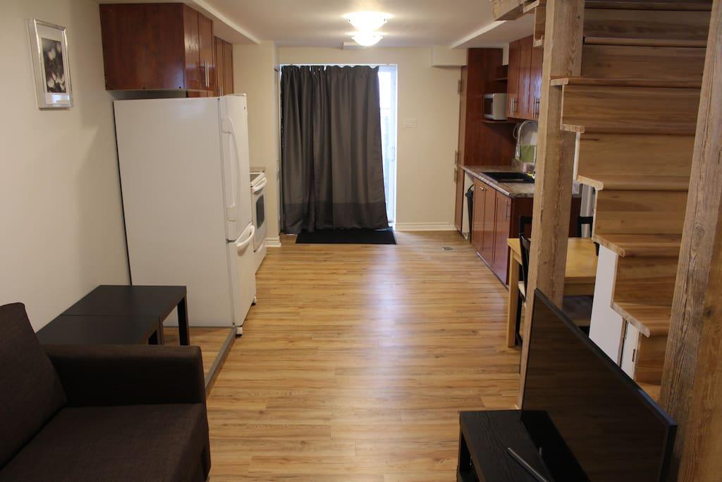 Living room and kitchen/Salon et cuisine. Entrance by the patio doors/l'entrée par la porte-patio.