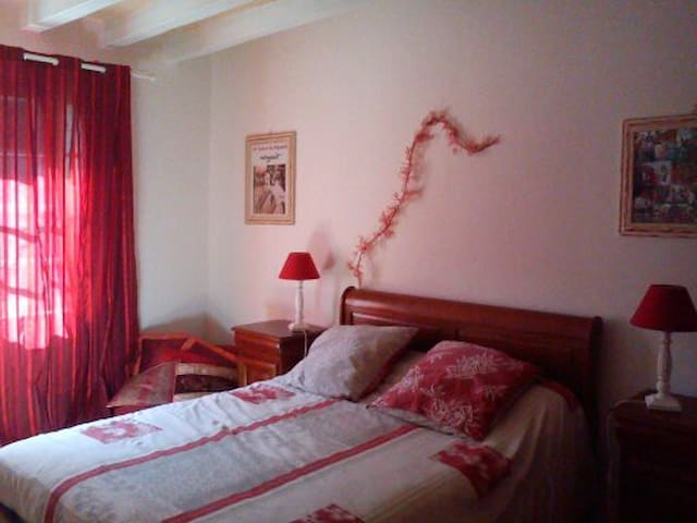 Grande chambre calme à la campagne - Monts - Dom