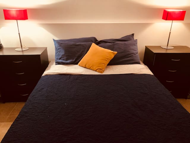 One room/1 queen size bed/Internet/Parking/2 pers.