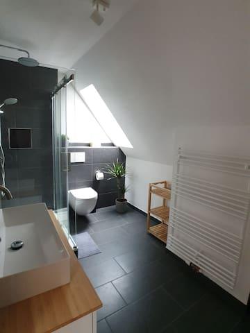 Bad mit großer Dusche, WC und Waschmaschine