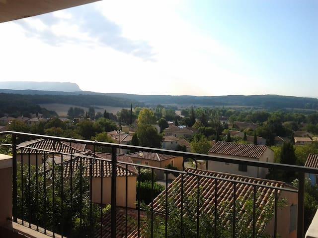 T3 vue Ste Victoire avec grande terrasse